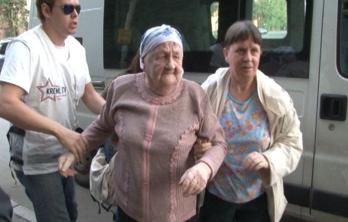 за перевод бабушки через дорогу съемочную группу kreml.tv удалили с избирательного участка