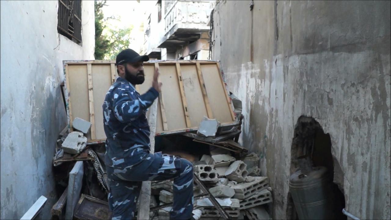 Офицер сирийской армии ведет переговоры с боевиками о капитуляции.