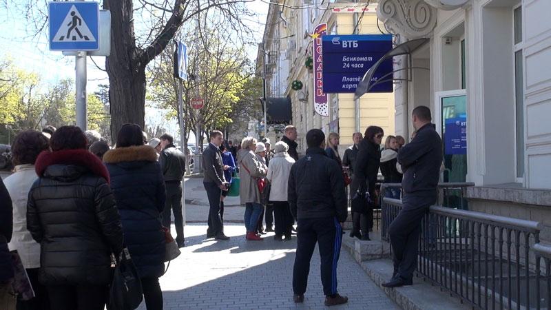 Крым: в очередях к банкоматам мечтают стать звездами ютуба