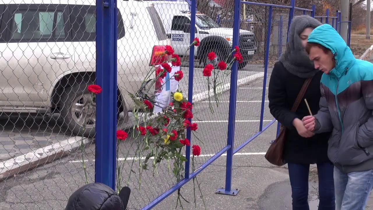 ЛНР: жители Луганска несут цветы к представительству ОБСЕ и поминают жертв парижских терактов